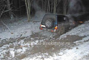 Машина застряла в болоте